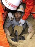 男子被埋7米沙洞获救