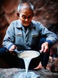 73岁老人独居山洞30年
