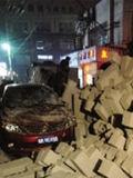运载石砖货车侧翻砸伤2男1女