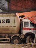大货车撞破民宅墙壁