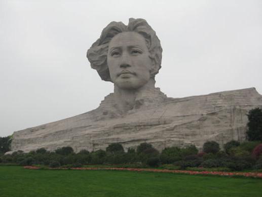 毛泽东雕像满污渍