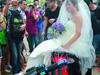 电摩接大学新娘