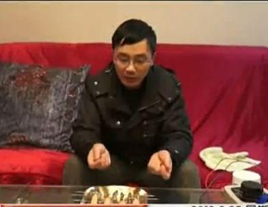 男子用身体烤大虾