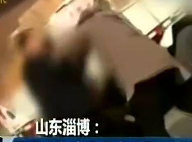男子出轨当街殴妻