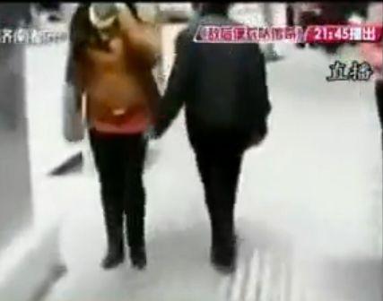 老人当街乱摸女人